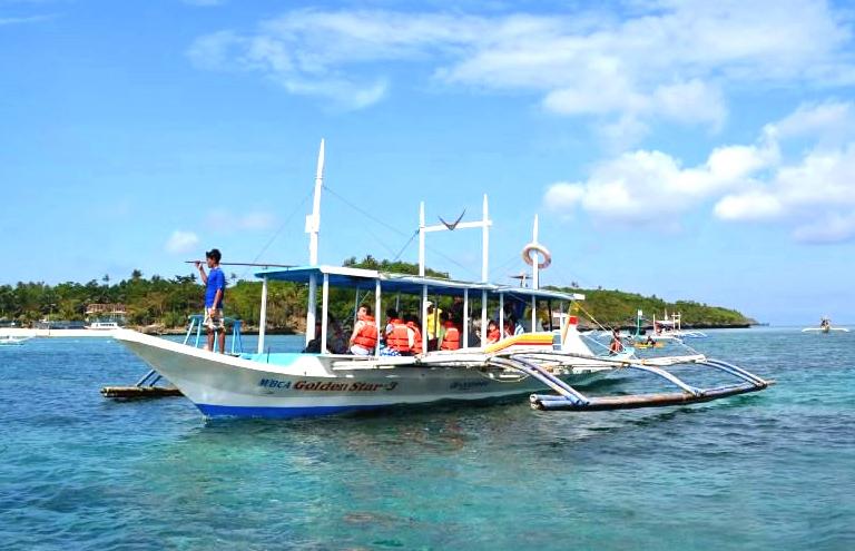 island-hopping-boracay