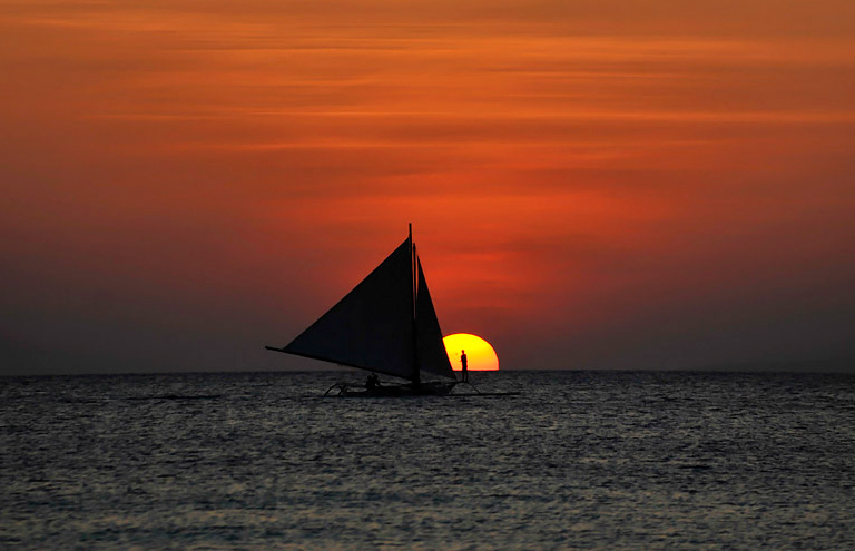 sunset paraw sailing boracay